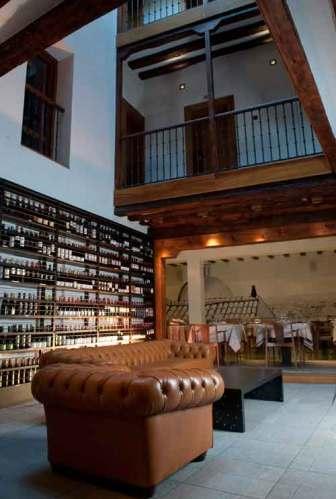 Desde la vinoteca se ve todo el interior de la corrala